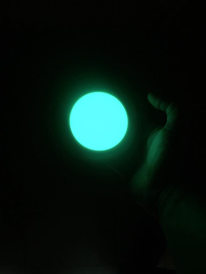 Sistema de señalización vial luminiscente y reflectante en la oscuridad