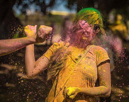Batalla de polvos de colores holi