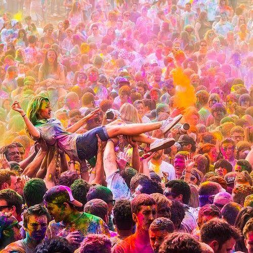 Fiesta holi de polvos de color en India