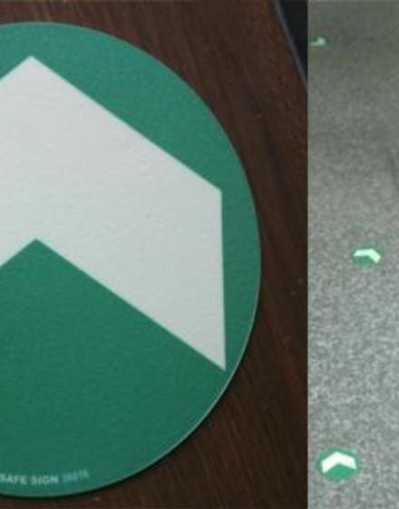 Círculos en vinilo antideslizante adhesivo con flecha de evacuación luminiscente