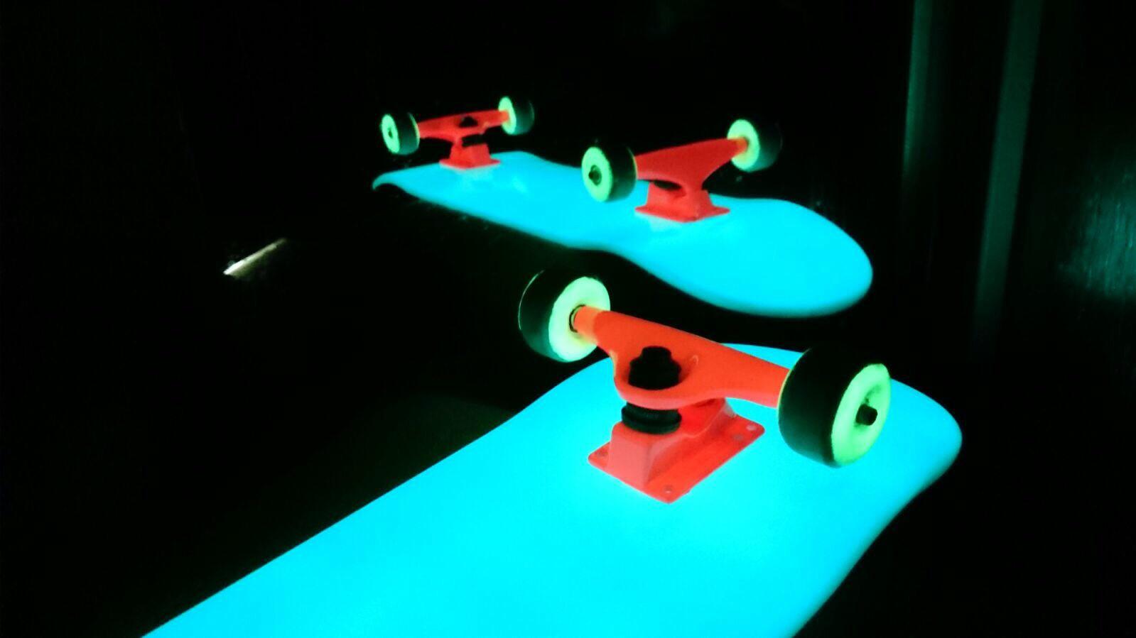 Skate pintado con pintura luminiscente