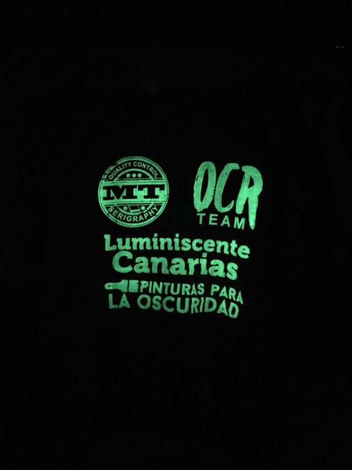 Camiseta luminiscentes fabricada con plastisol textil en Canarias en la oscuridad.