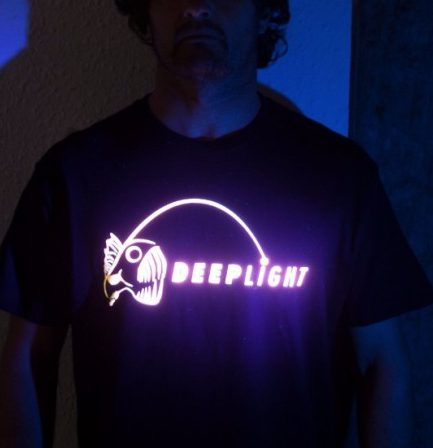 Ejemplo de camiseta con plastisol luminiscente textil bajo luz uv