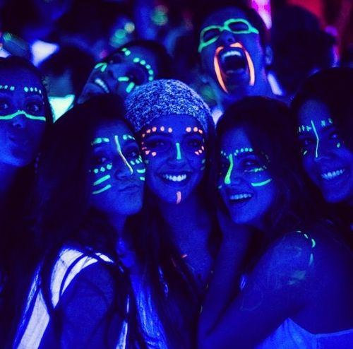 Pintura paintglow neon ilumina en la oscuridad uv