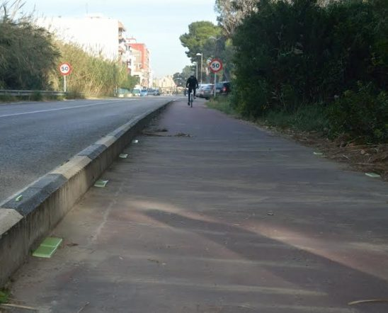 Carril bici con placas Night-Way ultraluminiscentes en Valencia de día