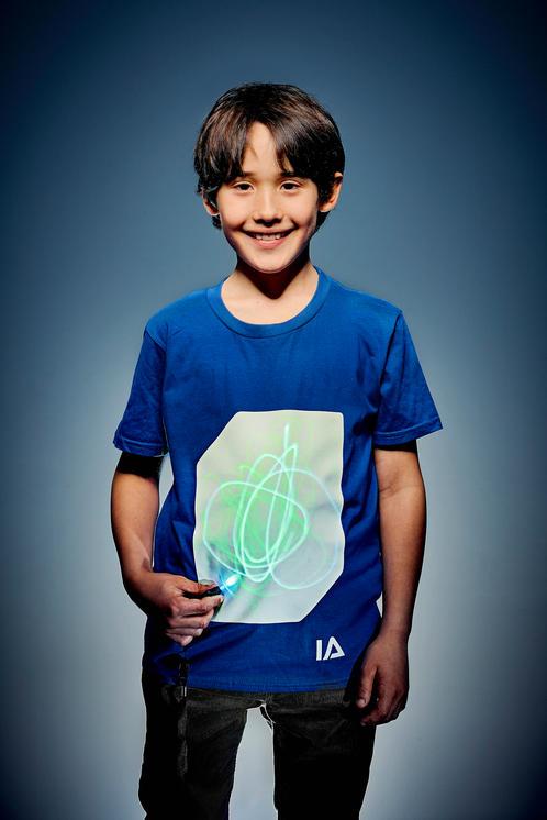 Camiseta unisex niño azul con pantalla blanca