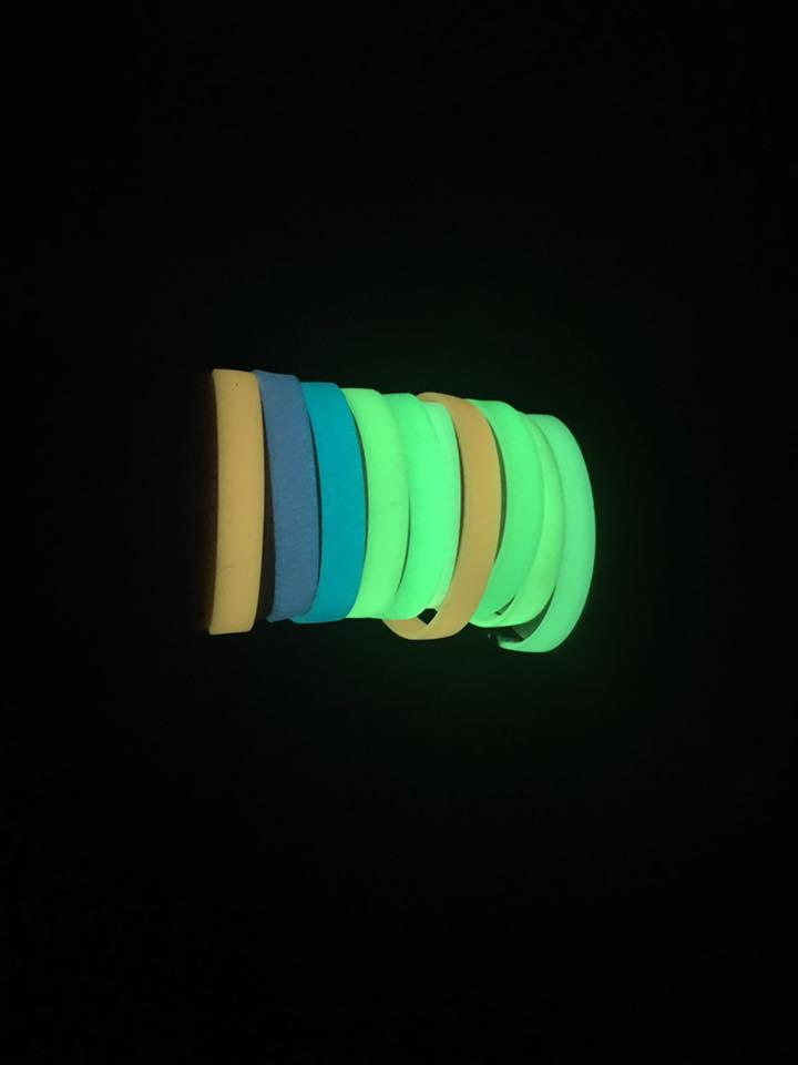 Pulseras luminiscentes brillando en la oscuridad