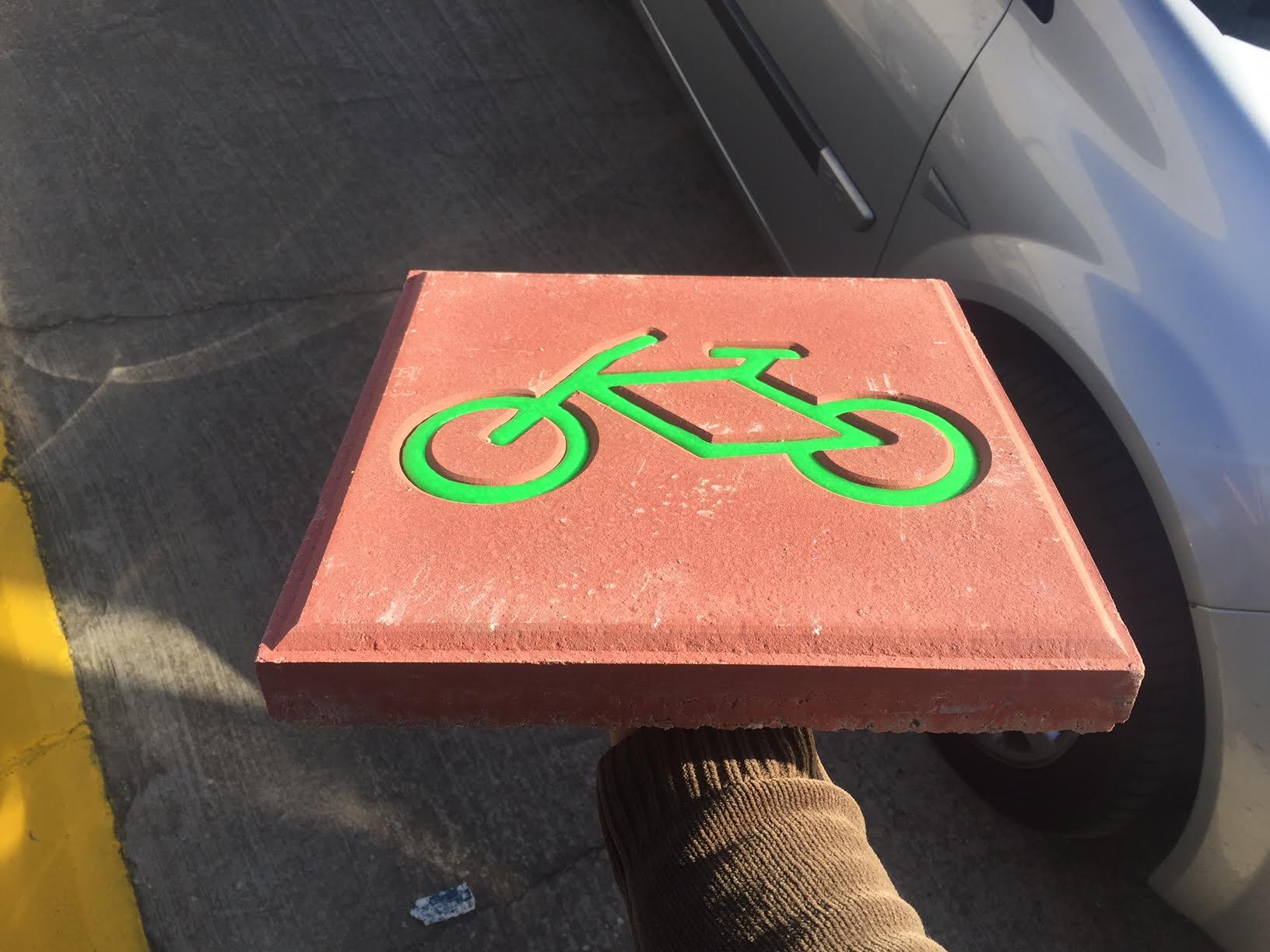 Detalle de loseta para carril bicicleta luminiscente
