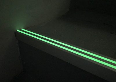 Perfil de aluminio fotoluminiscente para escaleras 2 lineas luminiscentes