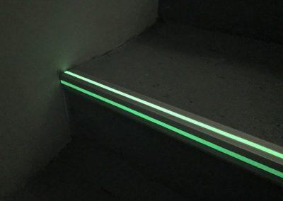 Perfil de aluminio fotoluminiscente para escaleras 2 lineas luminiscentes huella y contrahuella para escaleras
