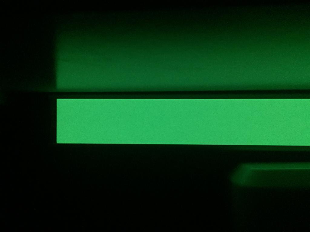Perfil luminiscente con soporte de aluminio en la oscuridad